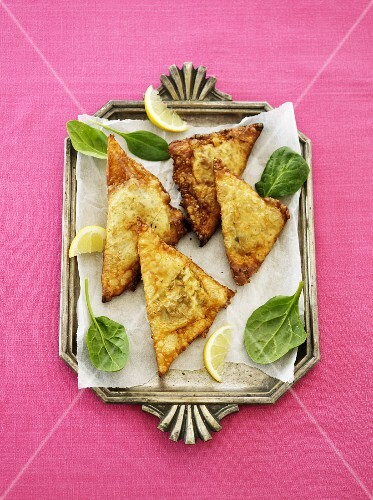 Samosas with lemon and spinach (India)