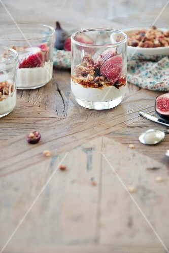 Mascarpone cream with maple syrup, cereals and figs