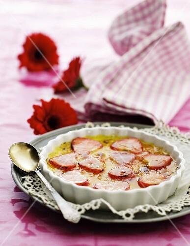 Crème brûlée with strawberries