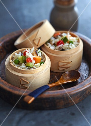 Steamed vegetable rice in bamboo baskets (China)