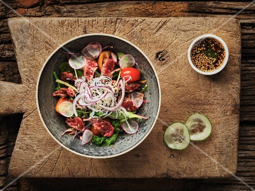 Thai salad with fried beef, tomatoes and broccoli