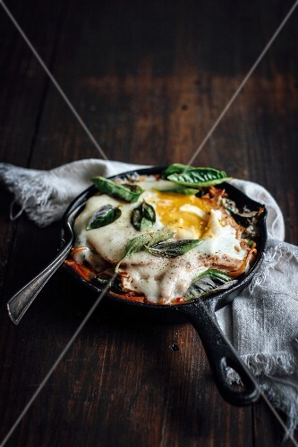 Fried pasta with a fried egg and basil