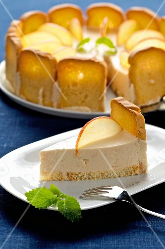 Melba toast cake with apple mousse cream