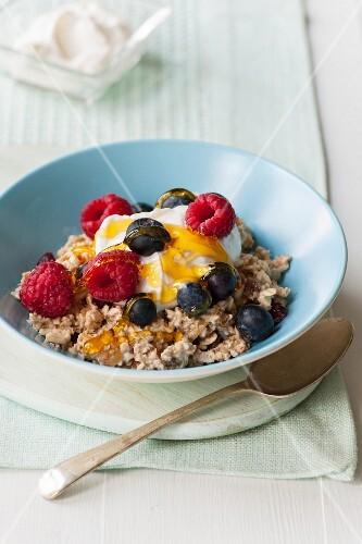 Porridge with berries, quark and honey