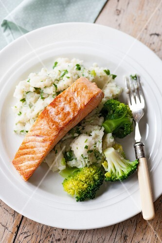 Salmon on parsley purée with broccoli