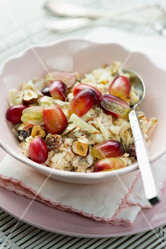 Oats with yoghurt, apple and grapes