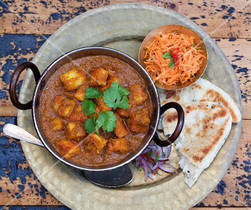 Panner curry with naan bread and a carrot and sesame seed salad (India)