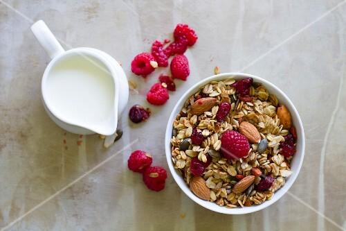 Muesli with almonds, fresh raspberries and milk