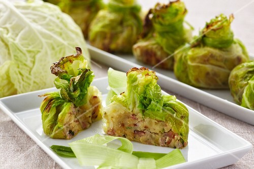 Stuffed, gratinated cabbage parcels