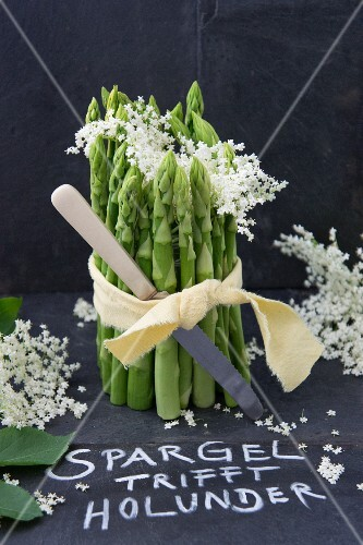 Green asparagus and elderflower table decoration