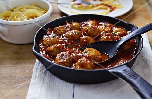 Meatballs in tomato sauce with linguine