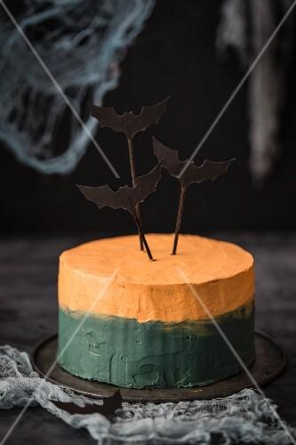 Zweifarbige Halloween-Torte mit Fledermausdekoration