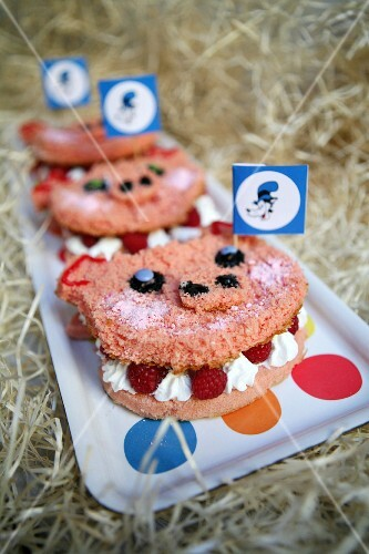 Pig cakes filled with raspberries and cream