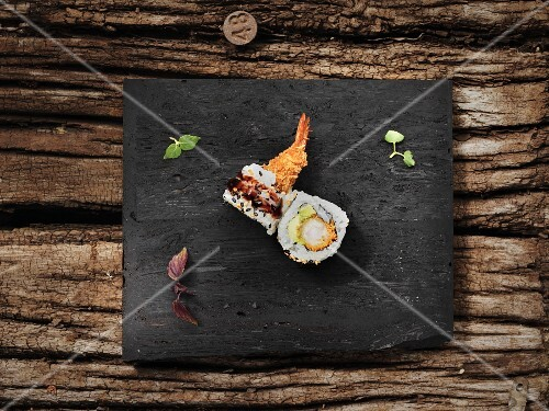 Uramaki with prawns, avocado and teriyaki sauce