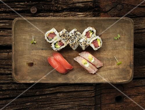 Sushi with tuna fish and sesame seeds