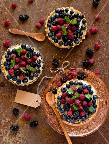 Berry tartlets with vanilla sauce (seen from above)