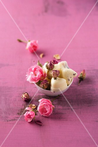Rose-scented bath pralines made from cocoa butter