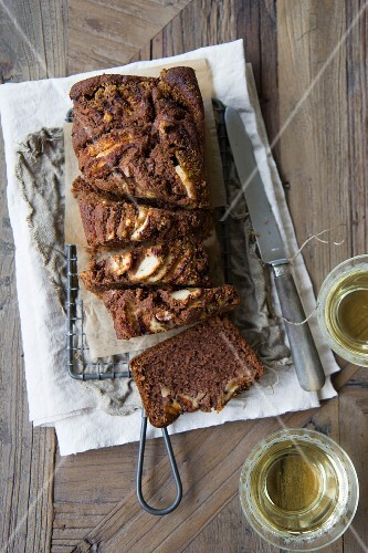 A loaf cake with cocoa and honey (seen from above)