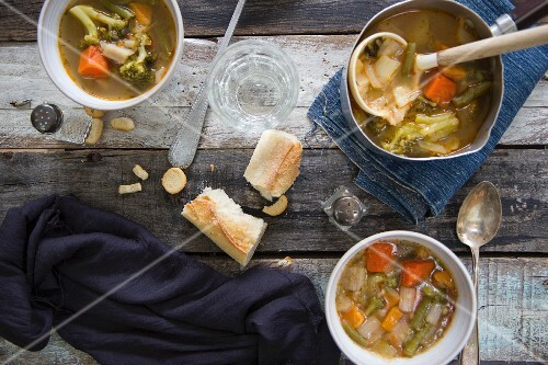 Minestrone with white bread (seen from above)