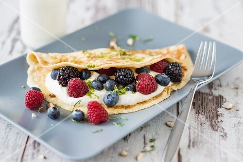 Gluten-free almond crêpes with quark and berries