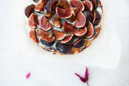 Cheesecake with figs (seen from above)