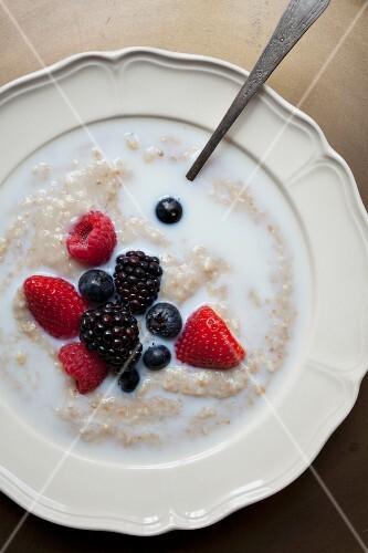Porridge with berries and milk