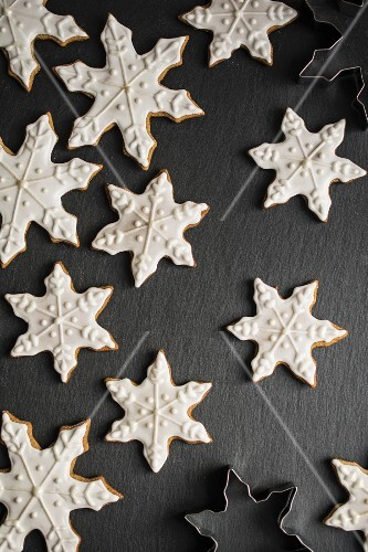 Snowflake gingerbread cookies (seen from above)