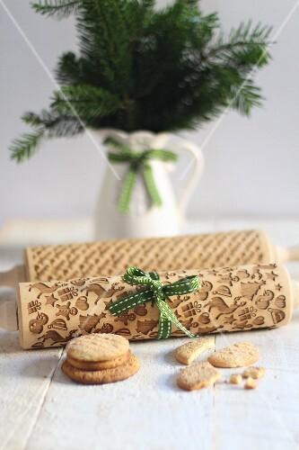 Teigroller mit weihnachtlichen Mustern