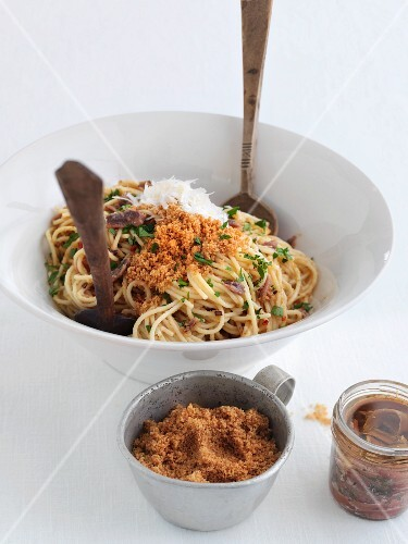 Spaghetti with crumbles and anchovies