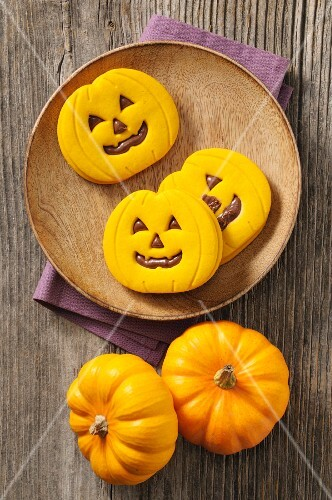 Halloween pumpkin biscuits with a chocolate filling