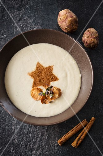 Jerusalem artichoke cream with a cinnamon star