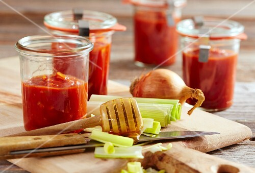 Sweet-and-sour tomato sauce with honey, leek and onions