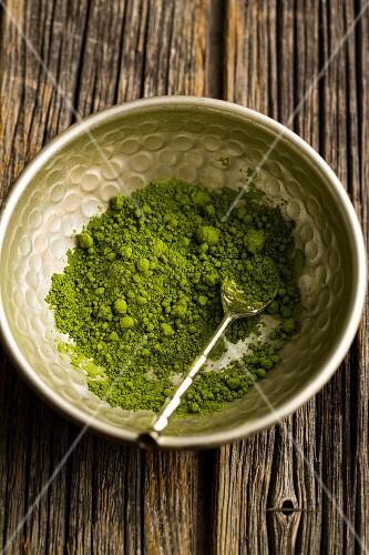Matcha-Teepulver in Metallschale mit Löffel
