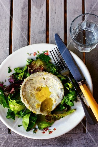 A mixed leaf salad with artichoke hearts and olive oil