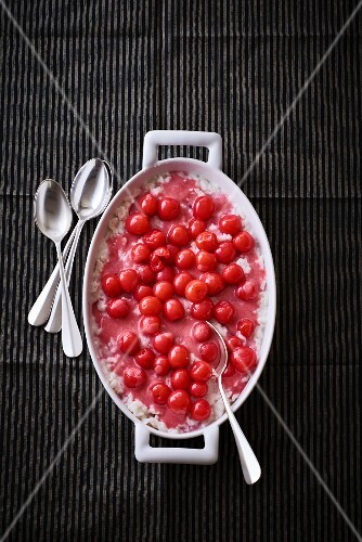 Rice pudding with Bigarreau cherries (seen from above)