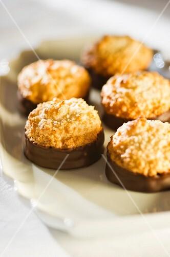 Kokoskuppeln (Austrian coconut bites with chocolate glaze)