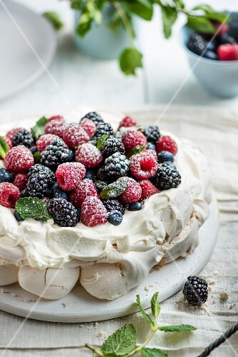 Pavlova with raspberries, blackberries and icing sugar