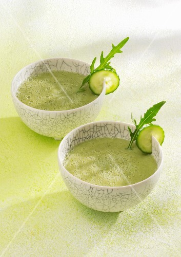 Kiwi and rocket smoothies made with coconut water, chlorella and chia seeds