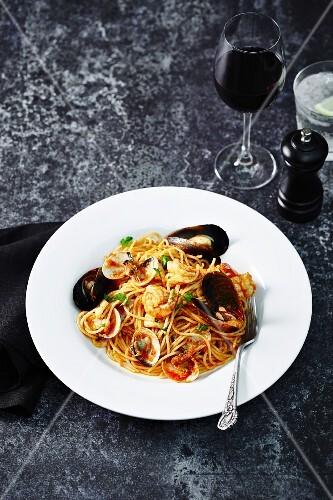 Spaghetti alla pescatora (spaghetti with seafood, Italy)