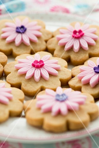 Shortbread biscuits decorated with sugar flowers