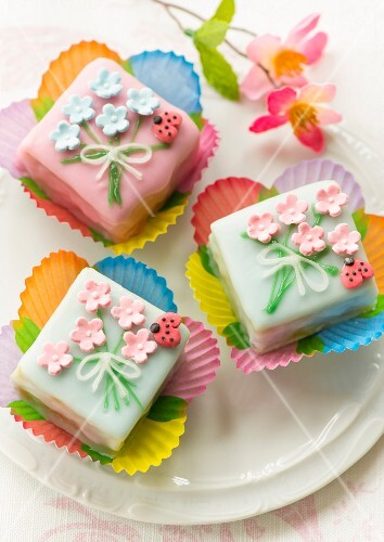 Petit fours with fondant flowers