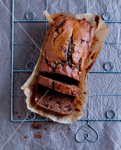 Schokoladen-Nuss-Kuchen, angeschnitten, auf Backpapier