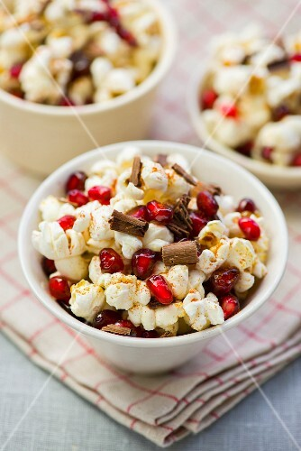 Popcorn with pomegranate seeds and chocolate