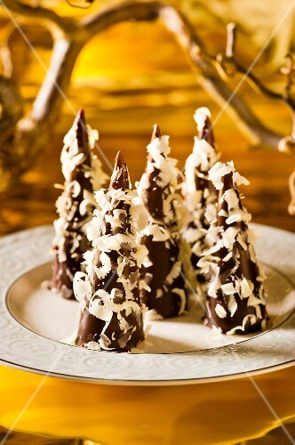 Pariser Spitz (Austrian Christmas biscuits) with white chocolate flakes