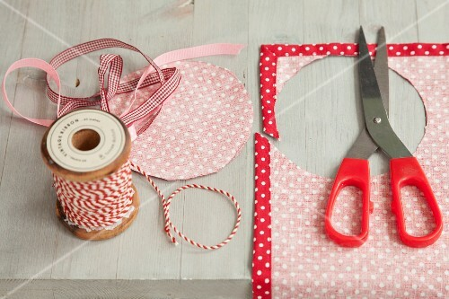 Hand-crafting decorative covers for jam jar lids