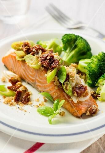 Salmon with dried tomatoes and broccoli