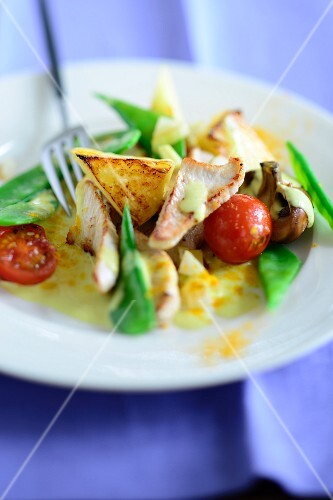 Turkey curry with cherry tomatoes and mange tout