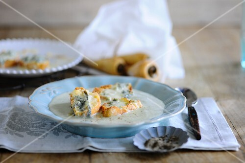 Parsnip soup with cheese bread