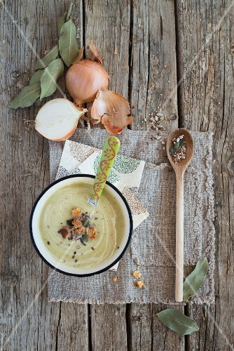 Cream of courgette soup with croutons, spices and onions