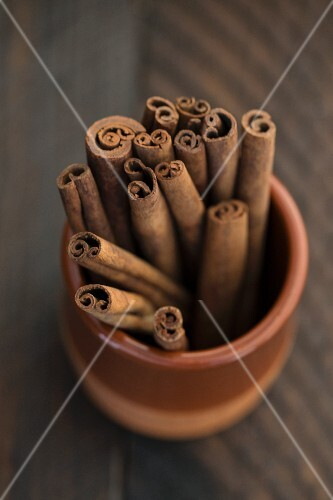 Cinnamon sticks in a terracotta pot (seen from above)
